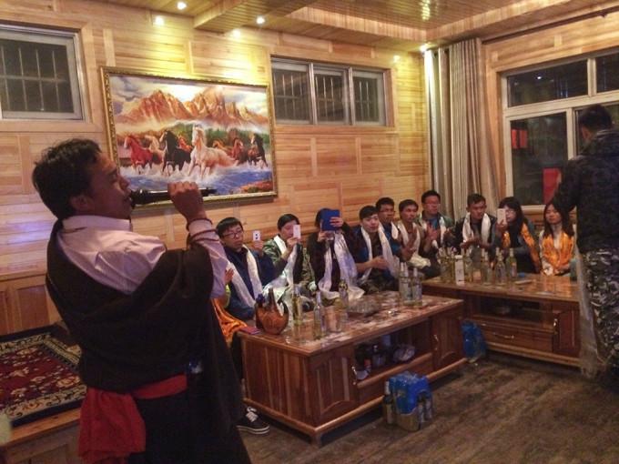 这些藏民用木头搭起来的架子就是等青稞熟了后