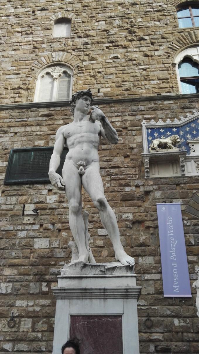 是大卫像的复制品,米开朗基罗