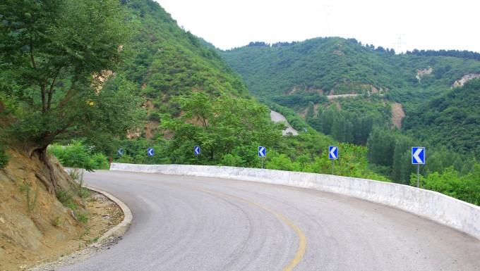 进入承德南部山区,g112,山路比较陡峭,180度的弯道到处都是,不过路况
