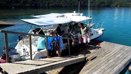 我们第一站,到尼沟贝浮台进行浮潜教学,使游客在最短的时间里面掌握浮潜的安全技巧,为我们的后续行程打下一个良好的基础。同时尼沟贝浮台也是著名的景点之一,水域清澈,可以观看帕劳的脑纹珊瑚和水下丰富的鱼类资源。选择贝里琉行程的朋友我们今天全天将前往帕劳最经典的岛屿-贝里琉群岛。贝里琉岛,是帛琉最早发迹的地方,第二次世界大战时,太平洋最激烈血腥的战役就在此岛进行,时美、日两军几乎将贝里琉夷为平地,因此战前曾在贝里琉的礁脉中开辟一条机场跑道;岛上现还留有美日纪念碑、战争遗迹及炮弹。是帕劳非常经典的旅游景点,虽然贝里
