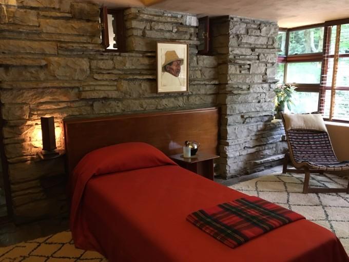 賓夕法尼亞州匹茲堡東南方的森林里,于1934年由美國建筑師Frand Lloyd Wright設計。別墅以建在溪流正上方的獨特設計而廣為人知,是著名的現代建筑,被美國建筑協會譽為美國建筑史上最偉大的作品。 流水別墅的最初擁有者是Kaufmann夫婦,美國著名的梅西百貨Macys創始人。夫婦過世后其兒子Kaufmann Jr.
