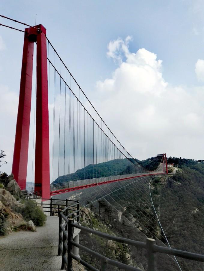 桥跨布置采用双塔单跨吊悬索桥