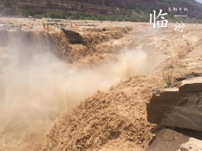 在地面上可以俯视和平视壶口瀑布,在龙洞地下可以仰视瀑布.