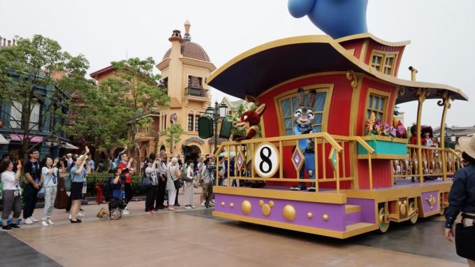 6月16日上海迪士尼乐园正式开幕,作为媒体受邀参加此次开幕式活动,所以在6.14就入住了迪士尼玩具总动员酒店。 作为中国大陆首家迪士尼乐园,无疑受到了更多的关注和期待。试营业期间,已有大批迪士尼粉丝前往游玩,结果自然是褒贬不一。有人说服务不好,有人说没特色,有人说商品、餐饮太贵,然而,在有些人心中,迪士尼永远都是自带光环的主角,没有原因,就是单纯的喜欢它,痴迷它。 出发前,不少朋友都表示羡慕不已,不过,这是我第一次去游乐园。尽管我喜欢迪士尼的动画、电影,虽不能说全部看过,但也是个小粉丝。不过,对乐园,确实