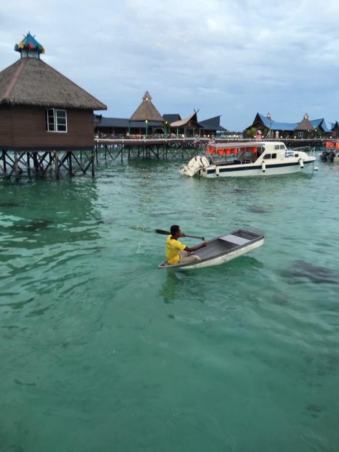 决定来马来西亚,就因为一顿聚餐,随口的一个结伴承诺,然后就开启了我的仙本那婚纱照之旅。。。现在的我,真的是太佩服自己当初那个明智的决定了,幸好来了仙本那拍照,幸好来了仙本那海岛玩,才见识了什么叫海,什么叫一望无际的海,什么叫湛蓝湛蓝的海,什么叫清澈见底的海,更重要的是海底世界长什么样,原来电视里看到的都是真的,海底世界真的如此之丰富多彩~~~回来好几天的我,现在想起马来西亚还是各种激动呀,哈哈哈哈 既然决定了来仙本那,首先就确定了旅游时间,然后在亚航上定了机票,接下来就是住宿了,一个非常让我纠结的事情。仙