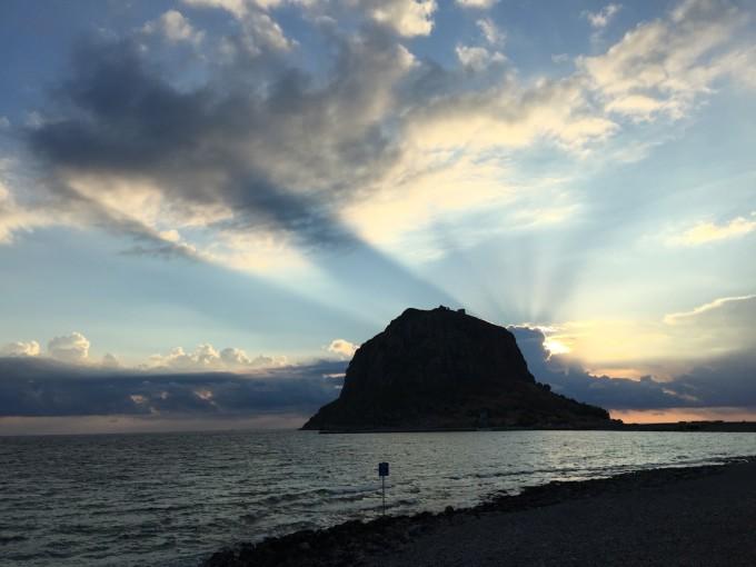 莫奈姆瓦夏伯罗奔尼撒半岛东海岸的一个很小的小岛,有大约200米的堤