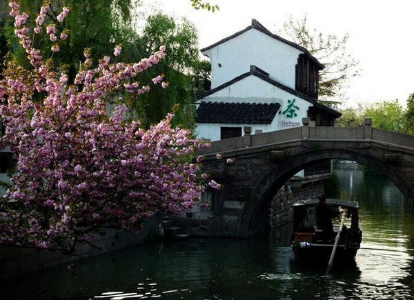 """整个村落占地30公顷,枕雷岗面南湖,山水明秀,享有""""中国画里的乡村""""之"""