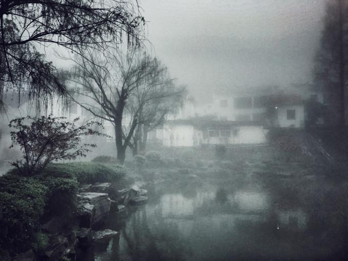 其实雾中有雾中的风景,尤其是在九华山这种著名的佛教道场,更添了一