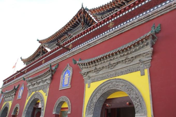 塔尔寺位于青海省西宁市西南25公里处的湟中县城鲁