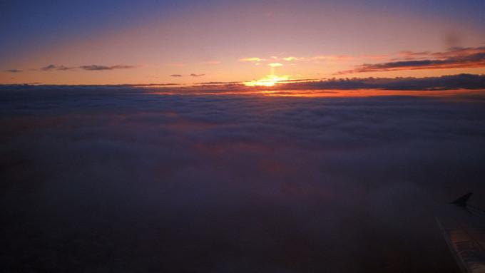 侧飞,窗外的云海和夕阳变得更加壮美。这一年过得尤其漫长,这种美妙瞬间已经好久没有享受过。 第二次看海,依旧在高空之上,依旧像娃娃一样贴着窗户寻找深蓝色海面零星航行的船。 阳光已全部退去,可以看见在我们航线后面有2架飞机排着队,航行灯一闪一闪,果然很忙碌。海面船只的灯光越来越多,渔船、货轮,海上的人生经历,在夜晚更显奇妙。 双层巴士,霓虹灯,弥敦道两侧密集的商店。下车,站在路边,第一印象很别扭,形容不出来。这不是我想象中那个满是电影桥段,荧幕上的香港。 记得小时候,凡是寒暑假,和妹妹一起在家就喜欢看碟,几乎